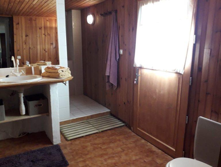 Salle de douche très confortable avec accès vers l'extérieur pour les personnes utilisant le Glamping